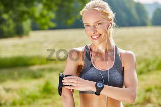 Junge Frau als Jogger mit wearables