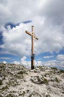 Kreuz auf einem Berg mit Wolken