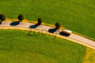 Lkw auf einer Landstrasse im Oberbergischen Kreis.