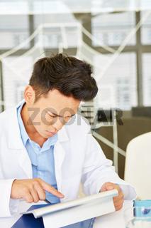 Arzt recherchiert mit dem Laptop