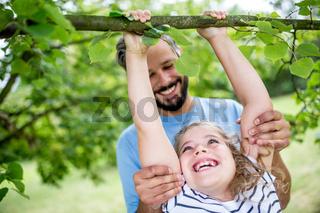 Mädchen klettert in einem Baum