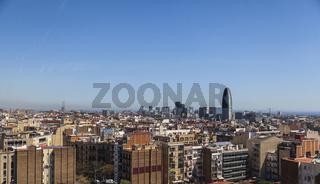 Die Skyline von Barcelona mit Blick über das Meer.