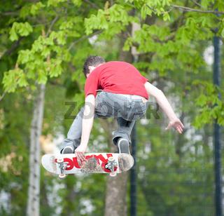 Springender Skateboarder