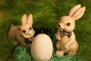 Osterhasen mit Ei im Nest