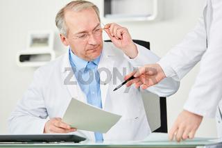 Älterer Mann als Chefarzt oder Klinik Chef