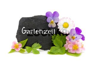 Gartenzeit - Schiefertafel mit Blüten und Blättern