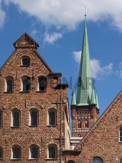 Lübeck - Salzspeicher und Petrikirche