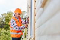Alter Handwerker arbeitet mit dem Hammer