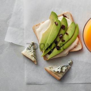 Avocado sandwich with juice