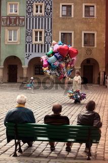 Der Rathausplatz auf dem Stary Rynek Platz  in der Altstadt von Poznan im westen von Polen.