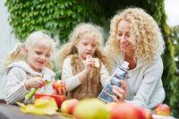 Familie beim Reiben von Äpfeln
