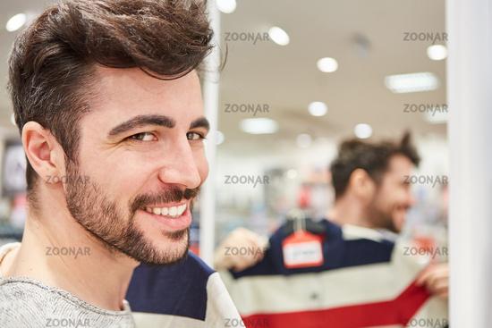 Junger Mann als Kunde beim Shopping