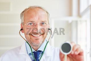 Freundlicher Facharzt mit Stethoskop