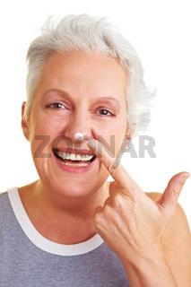Frau mit Klecks auf der Nase