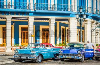 HDR - Strassenleben mit amerikanischen Oldtimern in Havana City Cuba - Serie Cuba Reportage