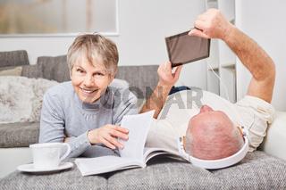 Entspannte Senioren in der Freizeit zuhause