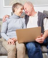 Glückliches Senioren Paar mit Laptop