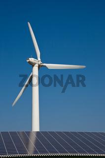 Windkraftanlage und Dach mit Sonnenkollektoren in Deichnähe; Nordstrand