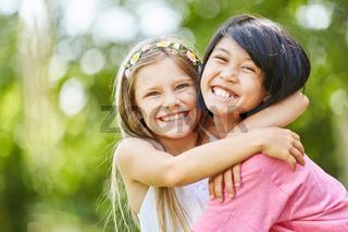 Zwei Freundinnen umarmen sich glücklich