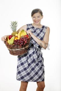 lachende Frau mit Obstkorb