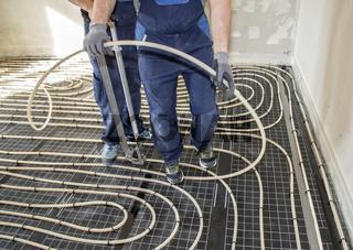 Handwerker installieren Fußbodenheizung