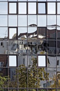 Hausfassaden mit Spiegelung