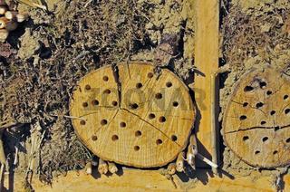 Nisthilfe für Wildbienen und andere Insekten mit Holzstämmen, Wildbienen-Nisthilfe, Insekten-Nisthilfe, Insekten-Hotel