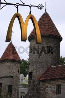 Tallinn, Estland, Mc Donalds Schild vor Stadtmauer