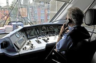 nach einer Weichenstörung telefoniert der Zugführer mit der Leitstelle