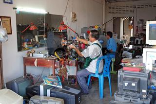 Fernsehwerkstatt, Surat Thani, Thailand, Asien / Television-workshop, Surat Thani, Thailand, Asia