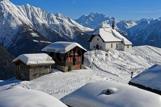 Die verschneite Kapelle Maria zum Schnee, Bettmeralp, Wallis, Schweiz