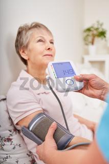 Messung des Blutdrucks bei einer alten Frau
