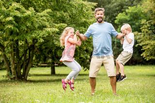 Vater spielt zusammen mit zwei Kindern
