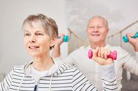 Vitales Senioren Paar trainiert mit Handeln