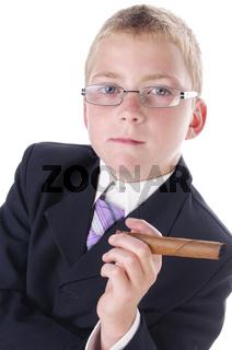 Teenager im Anzug mit dicker Zigarre