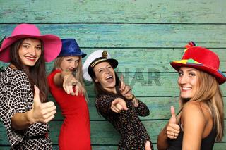 frauengruppe vor Fotobox zeigen daumen hoch und lachen
