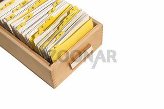 Karteikasten mit gelben Registern