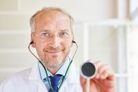 Hausarzt mit Stethoskop zum Abhorchen