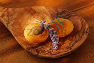 Aprikosenhälften mit Lavendel