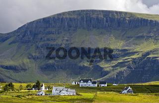Streusiedlung Kilmaluag mit Sgurr Mor Bergrücken, Isle of Skye, Schottland, Grossbritannien