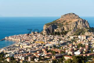 Die Stadt Cefalu an der Nordküste von Sizilien