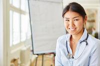 Junge asiatische Frau im Medizinstudium