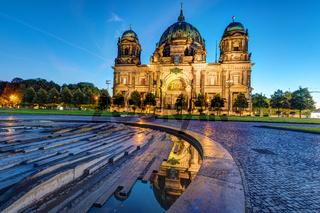 Der beleuchtete Berliner Dom kurz vor Sonnenaufgang