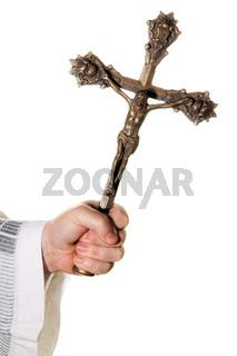 katholischer Priester mit Kreuz im Gottesdienst
