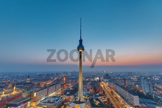 Der Fernsehturm in Berlin nach Sonnenuntergang