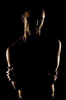 Foto eines kraftvollen Mannes bei Dunkelheitt