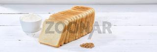 Toastbrot Toast Brot geschnitten Scheibe Banner Textfreiraum auf Holzplatte