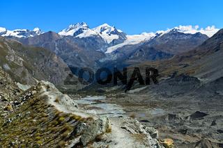 Geröllschutt und Toteislöcher in der Grundmoräne, Zmuttgletscher, Zermatt, Wallis, Schweiz