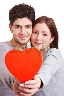 Verliebtes Paar hält Herz