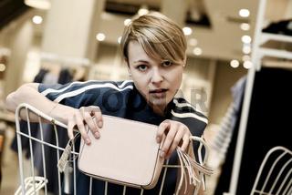 Junge Frau beim Shopping